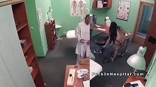 Experienced doctor bangs natural busty patient