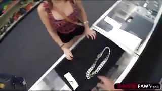 Miss Miami Hoodrat selling a silver chain gets her pussy fucked