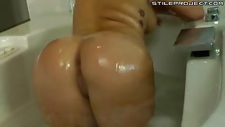 London Keyes - Hot whore fingers her snatch in the tub