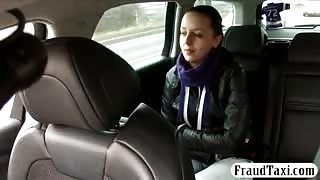 Amateur hot chick railed in the backseat by the driver