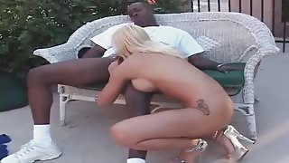 Horny Size Queen Takes Stunning Ebony Buttfucking Outside