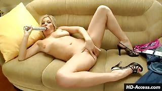 Pussy playing blonde makes herself come
