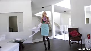 Hot Zoe Parker arrives home early to surprise her bf