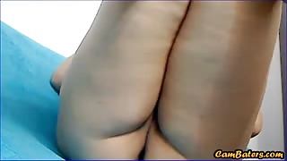 Curvy babe fingers her tight pussy on cam